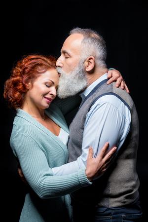 personas abrazadas: Hermosa pareja madura