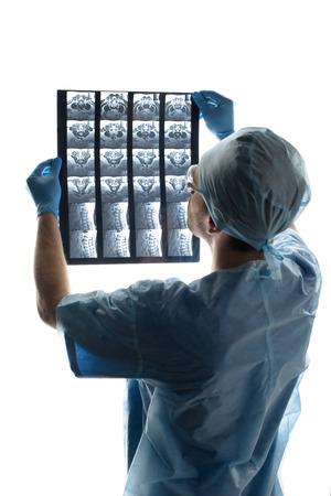 外科医が医療の制服が白の x 線画像を調べる