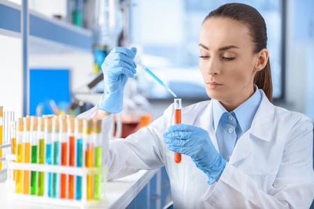 Científico, trabajando, laboratorio, tubo