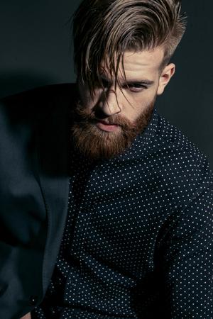 stijlvolle knappe zelfverzekerde man op zwart