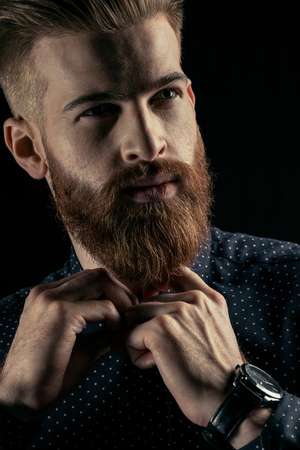 portret van knappe bebaarde man hipster dichtknopen shirt