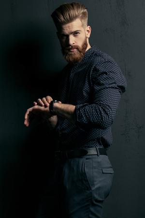 Bel homme barbu hipster avec montre-bracelet en regardant la caméra Banque d'images