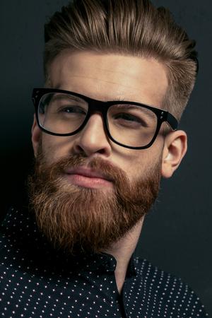 portret van de jonge stijlvolle, bebaarde man hipster in brillen