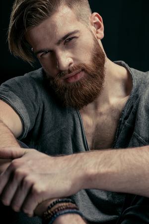 portret van stijlvolle zelfverzekerde man