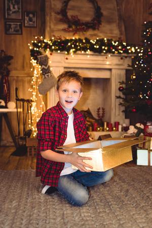 크리스마스 선물을 여는 소년