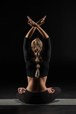Vrouw zitten en mediteren Stockfoto