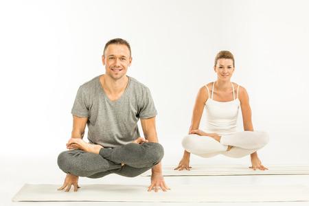 Paarzitting in yogapositie Stockfoto
