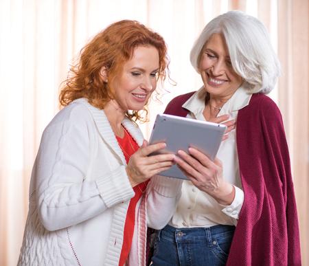 デジタル タブレットを使用している女性