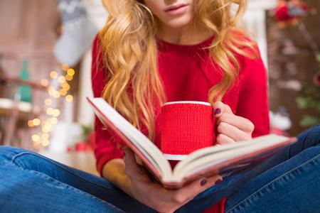 Frauenlesebuch mit heißem Getränk Standard-Bild