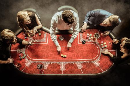 카지노에서 포커 게임을하는 남성과 여성 스톡 콘텐츠