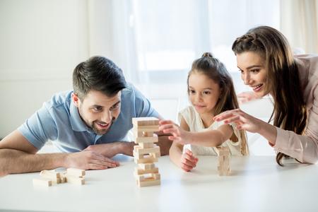 幸せな家族の自宅でジェンガ ゲームをプレイ