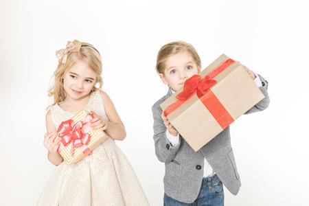 Enfants tenant des cadeaux