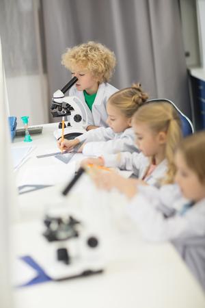 子供科学研究室での勉強と白衣を着て