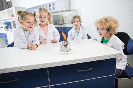 子供たちの白衣や防護からす作り実験