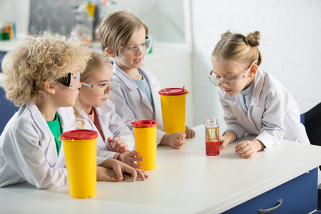 保護の子供メガネ作る実験 写真素材