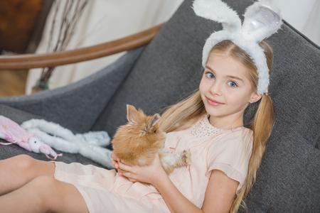 토끼있는 어린 소녀