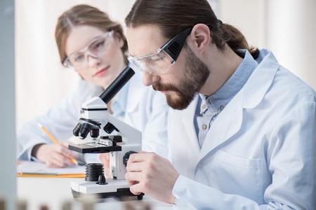 Man looking in microscope Reklamní fotografie