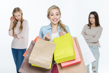 celos: Las mujeres con bolsas de la compra