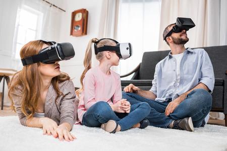 Familie in virtuellen Headsets