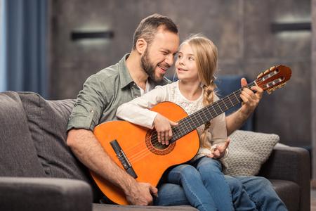 기타를 연주하는 아버지와 딸 스톡 콘텐츠