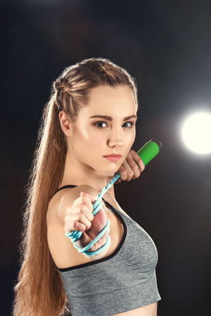 portrait of confident sporty woman holding skipping rope 版權商用圖片