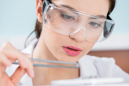 Vrouwelijke wetenschapper in beschermende bril