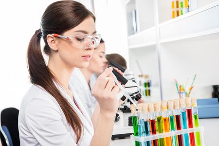 若い女性の科学者
