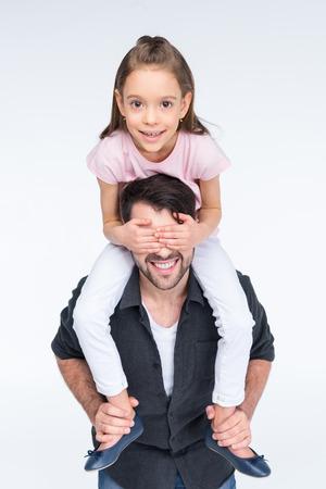 아버지의 팔을 들고 귀여운 작은 딸에 흰색
