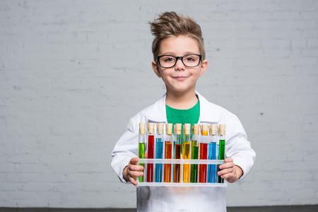 테스트 튜브가있는 어린 소년