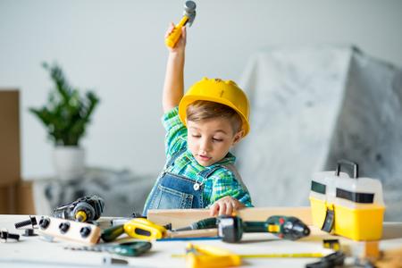 도구가있는 어린 소년 스톡 콘텐츠