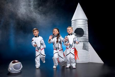 宇宙飛行士を遊んでいる子供