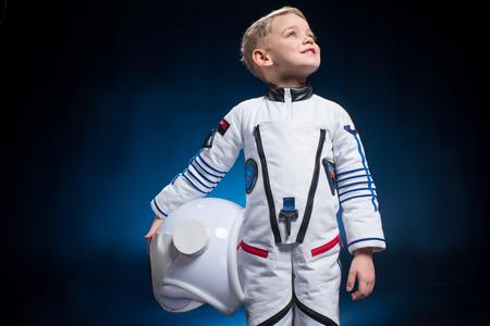 Kleine jongen in ruimtepak