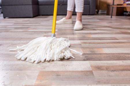 Vrouw schoonmaak vloer met mop