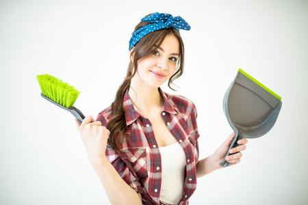Vrouw met schep en borstel