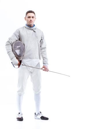 Hombre de confianza profesional esgrimista de pie con casco y estoque Foto de archivo - 76424453