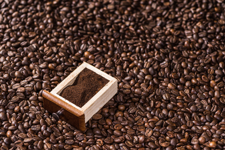 ground coffee in box on coffee beans background Imagens