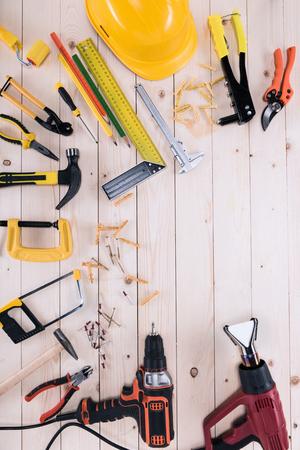 복사본 공간이 나무 탁상에 다른 도구의 상위 뷰