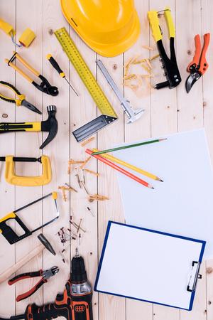 클립 보드와 나무 탁상에 청사진 다른 도구의 상위 뷰