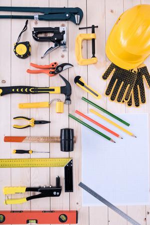 나무 탁상에 청사진과 다른 도구의 상위 뷰