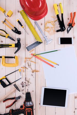 청사진, 디지털 태블릿 및 스마트 폰 나무 탁상에 다른 도구의 상위 뷰