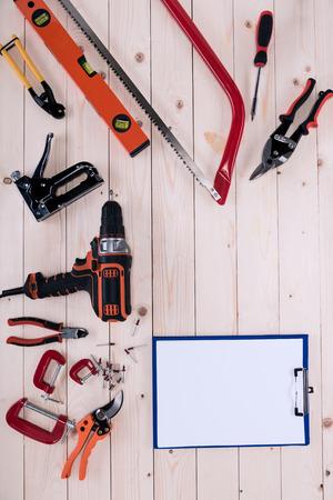 복사본 공간이 나무 탁상에 클립 보드와 다른 도구의 상위 뷰