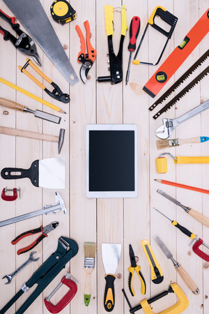 나무 탁상에 디지털 태블릿과 다른 도구의 상위 뷰 스톡 콘텐츠