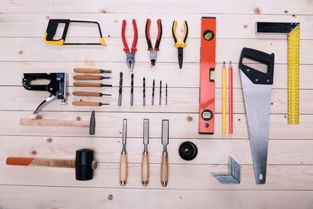 나무 테이블에 건설 도구 집합의 상위 뷰