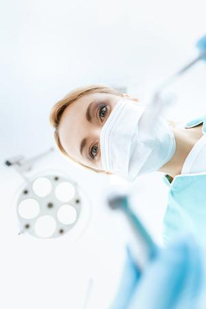 医療マスク クリニックで働いて、カメラ目線で歯科医 写真素材
