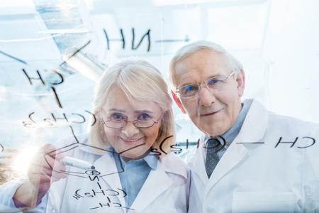 化学式を見て白衣の科学者のカップル 写真素材 - 77830407