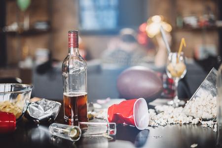 팝콘, 안경 및 파티 후 지저분한 테이블에 쓰레기의 근접 촬영보기