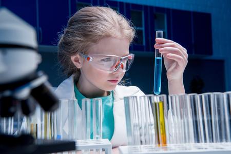 管研究室の試薬とゴーグルの少女