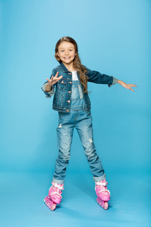 little girl in pink roller skates in studio Imagens