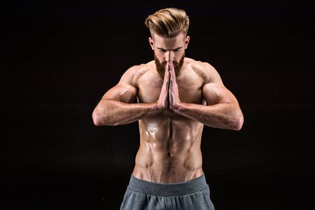 Hombre en pose de yoga con gesto namaste en salón de yoga de relajación aislado Foto de archivo - 78398062