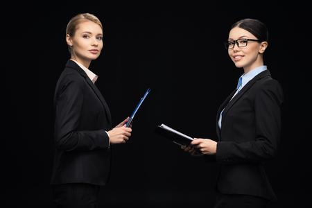 bedrijfsmensen die tijdens het werk verbinden en klemborden, bedrijfsgroepswerk gebruiken